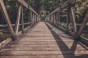 footbridge-413682_640